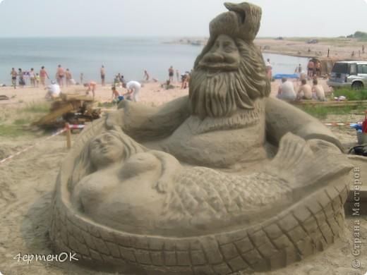 Здравствуйте, уважаемые мастерицы! В эти выходные у нас на пляже проходил конкурс песчаных скульптур. К сожалению, в субботу я забыла взять с собой фотоаппарат, да и дождь пошел, так что процесс создания шедевров останется за кадром. А вот показать результат могу. Это что-то невероятное!!! Комментарии излишни =) фото 2