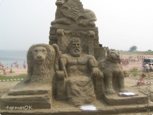 Здравствуйте, уважаемые мастерицы! В эти выходные у нас на пляже проходил конкурс песчаных скульптур. К сожалению, в субботу я забыла взять с собой фотоаппарат, да и дождь пошел, так что процесс создания шедевров останется за кадром. А вот показать результат могу. Это что-то невероятное!!! Комментарии излишни =) фото 3