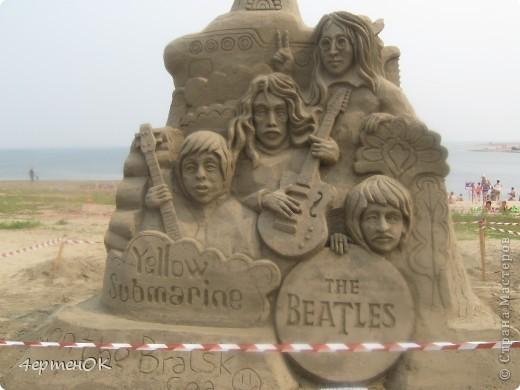 Здравствуйте, уважаемые мастерицы! В эти выходные у нас на пляже проходил конкурс песчаных скульптур. К сожалению, в субботу я забыла взять с собой фотоаппарат, да и дождь пошел, так что процесс создания шедевров останется за кадром. А вот показать результат могу. Это что-то невероятное!!! Комментарии излишни =) фото 4
