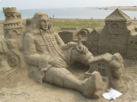 Здравствуйте, уважаемые мастерицы! В эти выходные у нас на пляже проходил конкурс песчаных скульптур. К сожалению, в субботу я забыла взять с собой фотоаппарат, да и дождь пошел, так что процесс создания шедевров останется за кадром. А вот показать результат могу. Это что-то невероятное!!! Комментарии излишни =) фото 7