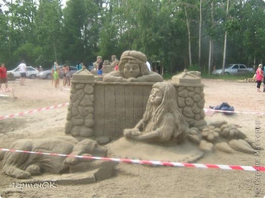 Здравствуйте, уважаемые мастерицы! В эти выходные у нас на пляже проходил конкурс песчаных скульптур. К сожалению, в субботу я забыла взять с собой фотоаппарат, да и дождь пошел, так что процесс создания шедевров останется за кадром. А вот показать результат могу. Это что-то невероятное!!! Комментарии излишни =) фото 8