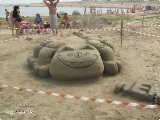 Здравствуйте, уважаемые мастерицы! В эти выходные у нас на пляже проходил конкурс песчаных скульптур. К сожалению, в субботу я забыла взять с собой фотоаппарат, да и дождь пошел, так что процесс создания шедевров останется за кадром. А вот показать результат могу. Это что-то невероятное!!! Комментарии излишни =) фото 9