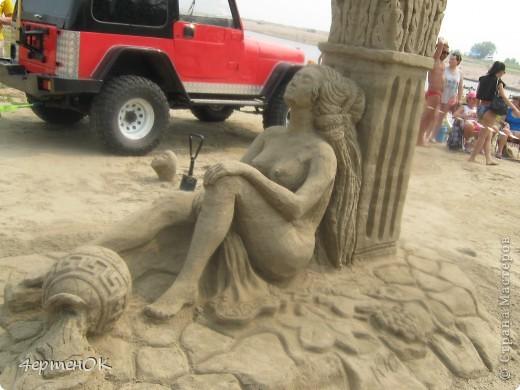 Здравствуйте, уважаемые мастерицы! В эти выходные у нас на пляже проходил конкурс песчаных скульптур. К сожалению, в субботу я забыла взять с собой фотоаппарат, да и дождь пошел, так что процесс создания шедевров останется за кадром. А вот показать результат могу. Это что-то невероятное!!! Комментарии излишни =) фото 10