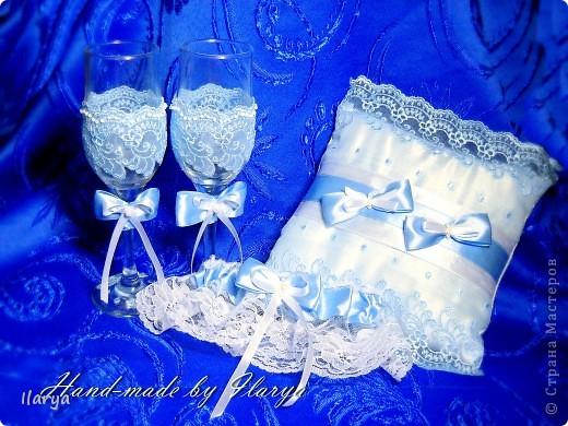 """Мои скромные свадебные комплекты, которым нескромно присваиваю имена невест, их заказавших))) Самый первый, для сестры- """"Алёна"""". Правда ,она взяла только подвязку и подушечку, бокалы ей в магазине приглянулись расписные... фото 1"""