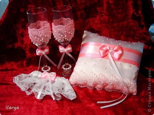 """Мои скромные свадебные комплекты, которым нескромно присваиваю имена невест, их заказавших))) Самый первый, для сестры- """"Алёна"""". Правда ,она взяла только подвязку и подушечку, бокалы ей в магазине приглянулись расписные... фото 2"""