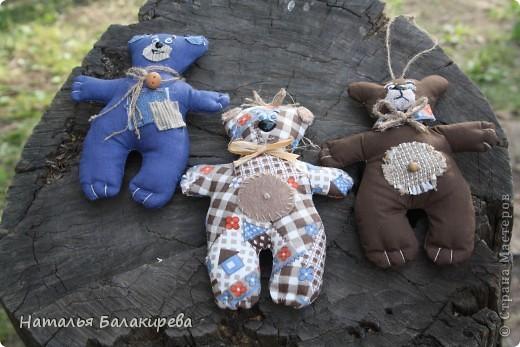 Три медвежонка сшиты по одной очень простой выкройке и получились очаровательны и такие разные. Выполнить такую работу доступно даже ребенку. фото 1