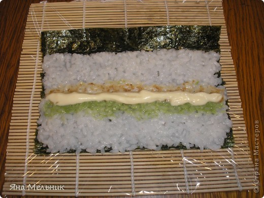 Нам понадобится: -рис -листы нори -филе семги или форели (подкопченной) -плавленный сыр -авакадо -васаби -соевый соус  фото 9