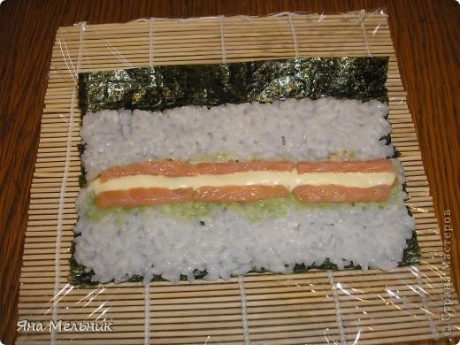 Нам понадобится: -рис -листы нори -филе семги или форели (подкопченной) -плавленный сыр -авакадо -васаби -соевый соус  фото 10