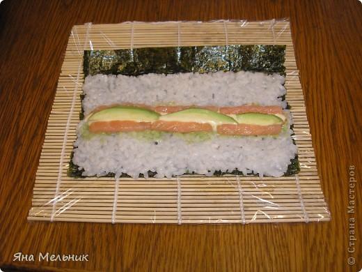 Нам понадобится: -рис -листы нори -филе семги или форели (подкопченной) -плавленный сыр -авакадо -васаби -соевый соус  фото 11