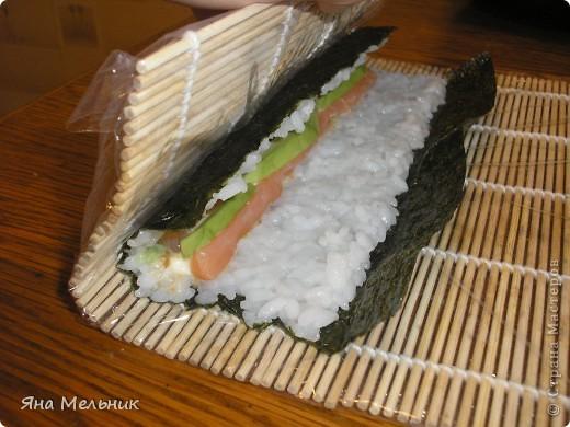 Нам понадобится: -рис -листы нори -филе семги или форели (подкопченной) -плавленный сыр -авакадо -васаби -соевый соус  фото 12