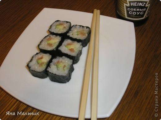 Нам понадобится: -рис -листы нори -филе семги или форели (подкопченной) -плавленный сыр -авакадо -васаби -соевый соус  фото 1