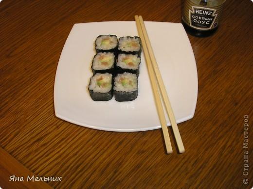 Нам понадобится: -рис -листы нори -филе семги или форели (подкопченной) -плавленный сыр -авакадо -васаби -соевый соус  фото 16