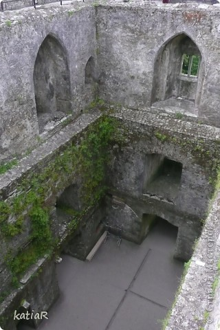 Внутри замка голые стены с табличками указателем что здесь например была спальня или кухня. фото 1