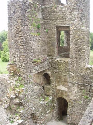 Внутри замка голые стены с табличками указателем что здесь например была спальня или кухня. фото 2