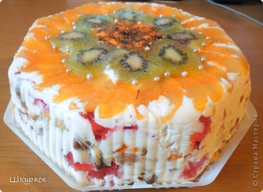 """На свой день рождения мне сказали с тортом из магазина не приходить зная мои способности к кулинарии и решила я сотворить """"Битое стекло"""" взяла коробку от магазинного торта и залила торт в крышке. Рецепт """"Битого стекла"""" есть в Интернете поэтому не вижу смысла повторять рецепт. Для лета очень оригинален и легок особенно если с мороженым вкуснятина  фото 2"""