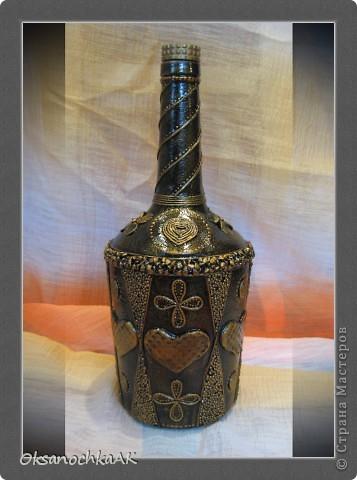 И снова здравствуйте! Вторая и последняя на сегодня запись в моем блоге :) Эту бутылку я выпросила у друзей (с возвратом. В ней будет храниться ягодная настойка). Хорошая бутыль, большая :) Выпросила себе для тренировки. Хотела задекупажить, но никак не приходила идея, пока... Пока не увидела бутылки Тани Сорокиной.. фото 1