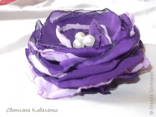 Это мой первый опыт. Цветок сделала из шифона, обожжённого свечкой и в центр пришила 3 бусинки. фото 1