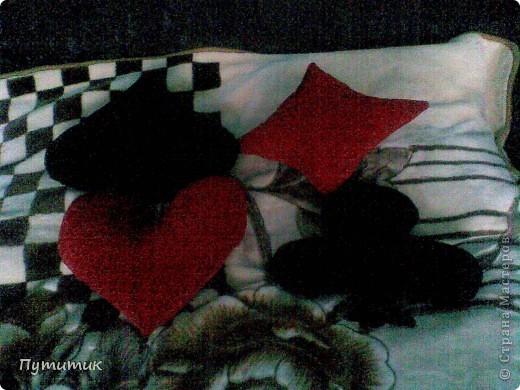 Извиняюсь за качество фото, но идея думаю понятна: четыре подушки - карточные масти - под черный диван!