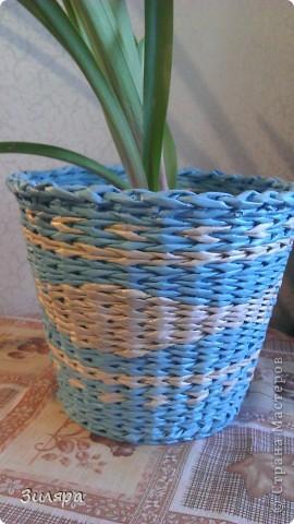 """Здравствуйте мастера и мастерицы! Вот и созрели мои первые """"плоды"""" в плетении. Спасибо за ваши мастер-классы и идеи! Это кашпо-третье по счету изделие. Трубочки газетные, голубые покрашены краска+колер, белые не крашенные.  фото 2"""
