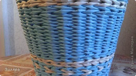 """Здравствуйте мастера и мастерицы! Вот и созрели мои первые """"плоды"""" в плетении. Спасибо за ваши мастер-классы и идеи! Это кашпо-третье по счету изделие. Трубочки газетные, голубые покрашены краска+колер, белые не крашенные.  фото 4"""