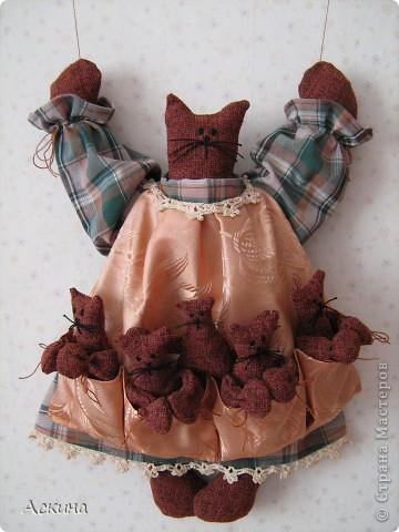 Моя первая игрушка! Увидела картинку с такой кошкой, нашла выкройки и работа закипела. О том как я ее шила и все подробности  можно узнать в моем блоге http://gulfiyadav.blogspot.com/2012/07/blog-post_07.html  фото 1
