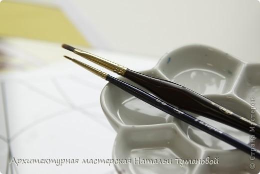 Используемые материалы:  1. Краски по стеклу: Idea Vetro (Maimery, Италия), Vitral (Lefranc Bourgeous, Франция), Витраж (Россия) 2. Линер Faber Castell Ecco Pigment 0,1 3. Контур по стеклу Idea (Miamery) 4. Кисть синтетическая №0,0 или №00,0 5. Защитный лак для красок по стеклу №715 Idea Vetro (Maimery, Италия), который позволяет защитить работу от воздействия влаги и моющих средств 6. Разбавитель глянцевый для красок по стеклу Idea Vetro №700 — делает краску светлее, но не влияет на ее консистенцию 7. Керамическая палитра 8. Канцелярский нож 9. Ватные палочки 10. Английская булавка Купить витражные краски и остальные материалы можно в любом магазине художественных товаров.  фото 7