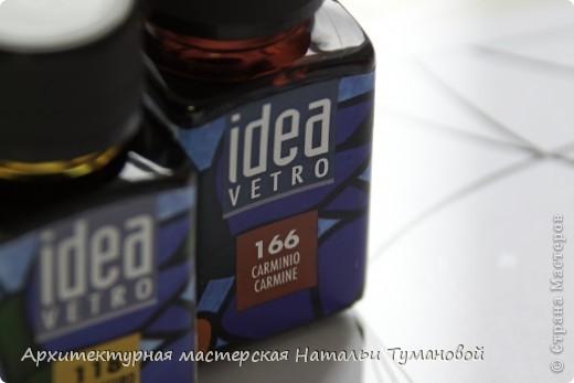 Используемые материалы:  1. Краски по стеклу: Idea Vetro (Maimery, Италия), Vitral (Lefranc Bourgeous, Франция), Витраж (Россия) 2. Линер Faber Castell Ecco Pigment 0,1 3. Контур по стеклу Idea (Miamery) 4. Кисть синтетическая №0,0 или №00,0 5. Защитный лак для красок по стеклу №715 Idea Vetro (Maimery, Италия), который позволяет защитить работу от воздействия влаги и моющих средств 6. Разбавитель глянцевый для красок по стеклу Idea Vetro №700 — делает краску светлее, но не влияет на ее консистенцию 7. Керамическая палитра 8. Канцелярский нож 9. Ватные палочки 10. Английская булавка Купить витражные краски и остальные материалы можно в любом магазине художественных товаров.  фото 8