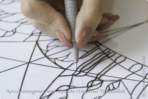 Используемые материалы:  1. Краски по стеклу: Idea Vetro (Maimery, Италия), Vitral (Lefranc Bourgeous, Франция), Витраж (Россия) 2. Линер Faber Castell Ecco Pigment 0,1 3. Контур по стеклу Idea (Miamery) 4. Кисть синтетическая №0,0 или №00,0 5. Защитный лак для красок по стеклу №715 Idea Vetro (Maimery, Италия), который позволяет защитить работу от воздействия влаги и моющих средств 6. Разбавитель глянцевый для красок по стеклу Idea Vetro №700 — делает краску светлее, но не влияет на ее консистенцию 7. Керамическая палитра 8. Канцелярский нож 9. Ватные палочки 10. Английская булавка Купить витражные краски и остальные материалы можно в любом магазине художественных товаров.  фото 4