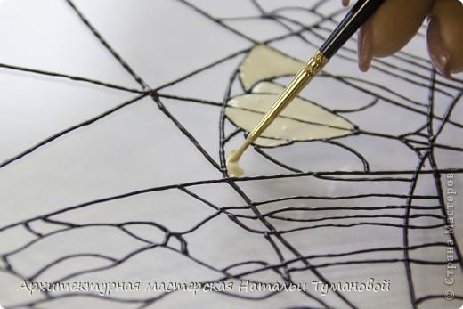 Используемые материалы:  1. Краски по стеклу: Idea Vetro (Maimery, Италия), Vitral (Lefranc Bourgeous, Франция), Витраж (Россия) 2. Линер Faber Castell Ecco Pigment 0,1 3. Контур по стеклу Idea (Miamery) 4. Кисть синтетическая №0,0 или №00,0 5. Защитный лак для красок по стеклу №715 Idea Vetro (Maimery, Италия), который позволяет защитить работу от воздействия влаги и моющих средств 6. Разбавитель глянцевый для красок по стеклу Idea Vetro №700 — делает краску светлее, но не влияет на ее консистенцию 7. Керамическая палитра 8. Канцелярский нож 9. Ватные палочки 10. Английская булавка Купить витражные краски и остальные материалы можно в любом магазине художественных товаров.  фото 9
