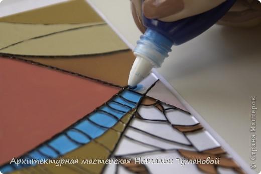 Используемые материалы:  1. Краски по стеклу: Idea Vetro (Maimery, Италия), Vitral (Lefranc Bourgeous, Франция), Витраж (Россия) 2. Линер Faber Castell Ecco Pigment 0,1 3. Контур по стеклу Idea (Miamery) 4. Кисть синтетическая №0,0 или №00,0 5. Защитный лак для красок по стеклу №715 Idea Vetro (Maimery, Италия), который позволяет защитить работу от воздействия влаги и моющих средств 6. Разбавитель глянцевый для красок по стеклу Idea Vetro №700 — делает краску светлее, но не влияет на ее консистенцию 7. Керамическая палитра 8. Канцелярский нож 9. Ватные палочки 10. Английская булавка Купить витражные краски и остальные материалы можно в любом магазине художественных товаров.  фото 10