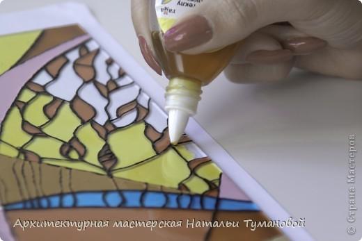 Используемые материалы:  1. Краски по стеклу: Idea Vetro (Maimery, Италия), Vitral (Lefranc Bourgeous, Франция), Витраж (Россия) 2. Линер Faber Castell Ecco Pigment 0,1 3. Контур по стеклу Idea (Miamery) 4. Кисть синтетическая №0,0 или №00,0 5. Защитный лак для красок по стеклу №715 Idea Vetro (Maimery, Италия), который позволяет защитить работу от воздействия влаги и моющих средств 6. Разбавитель глянцевый для красок по стеклу Idea Vetro №700 — делает краску светлее, но не влияет на ее консистенцию 7. Керамическая палитра 8. Канцелярский нож 9. Ватные палочки 10. Английская булавка Купить витражные краски и остальные материалы можно в любом магазине художественных товаров.  фото 11