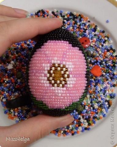 Нашла интересный способ украшения пасхальных яиц, и не смогла не поделиться. разноцветный бисер.