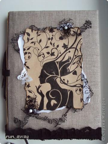 Готовый блокнот обтянула холстом. Картинку нарисовала на бумаге, которую тонировала кофе и обожгла по краям. Под рукой было немного гипюра, поэтому решила его использовать, отрезала не широкую полосочку и декорировала ей картинку фото 1