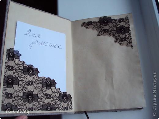 Готовый блокнот обтянула холстом. Картинку нарисовала на бумаге, которую тонировала кофе и обожгла по краям. Под рукой было немного гипюра, поэтому решила его использовать, отрезала не широкую полосочку и декорировала ей картинку фото 4