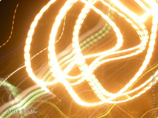 """С техникой фризлайт я познакомилась благодаря мастер-классу ЮлЯши http://stranamasterov.ru/node/339867 , но на моём фотике функцию длительной выдержки я не нашла. Однако при более тщательном поиске обнаружился режим """"сумерки/рассвет"""", который снимает так же. Вот мои первые работы: фото 4"""