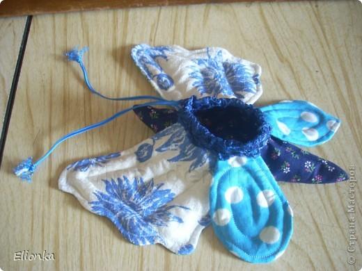 Омияге- традиционные для Японии сувениры, которые привозят из поездок и путешествий. А именно сладости, упакованные в очень красивые мешочки. Разнообразие этих мешочков поражает, как и фантазия японцев) Сегодня я расскажу, как сшить мешочек для сладостей в виде бабочки. фото 8