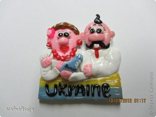 Доброй ночи всем-всем-всем!!!  Вот решила продолжить лепить из пластики, только в этот раз уже на заказ. Эти веселые человечки, магниты сувениры, для иностранцев.  Заказала их у меня одна управляющая гостинницы и моя хорошая подруга. Надпись на иностранном -  мой родной город, Кривой Рог это в Украине. Спасибо всем кто посетил мою страничку, хорошего всем настроения!!!!!!!!!!! фото 8