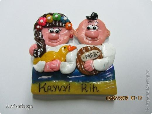 Доброй ночи всем-всем-всем!!!  Вот решила продолжить лепить из пластики, только в этот раз уже на заказ. Эти веселые человечки, магниты сувениры, для иностранцев.  Заказала их у меня одна управляющая гостинницы и моя хорошая подруга. Надпись на иностранном -  мой родной город, Кривой Рог это в Украине. Спасибо всем кто посетил мою страничку, хорошего всем настроения!!!!!!!!!!! фото 9