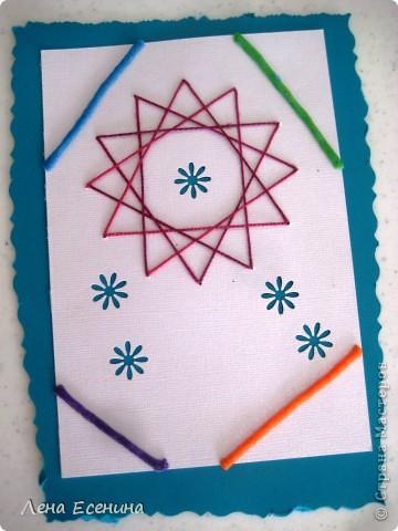 Мы сегодня с дочкой и ее подружками делали вот такие цветы. Изонить, надеюсь, узнали все.  А вот о материале, который использован для листиков, стебелька и другого, думаю, надо рассказать россиянам. Это такие липкие палочки, которые не сохнут и которые можно использовать вторично, называются у нас в США wikki stix (вики стикс).  Я люблю этот материал - легко работать, идеи любые - от плоских до объемных. Я использовала вики стикс для занятий географией - дети с удовольствием делали контуры материков с его помощью. У нас уже палочки распакованы, поэтому фото упаковки беру из интернета. фото 4