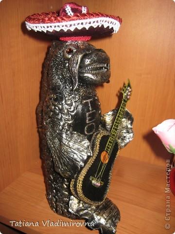 Это бутылка . Снимаем шляпу и внутри пробка. Самоотвердевающая пластика, акриловые краски. Гитара сделана из бумаги. Шляпа из баночки от краски, поля из пластика от бутылки. Обтянута бархатом, украшена кружевами. Бутылка сделана на заказ в подарок настоящему мексиканцу проживающему в Москве.  фото 2