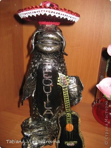 Это бутылка . Снимаем шляпу и внутри пробка. Самоотвердевающая пластика, акриловые краски. Гитара сделана из бумаги. Шляпа из баночки от краски, поля из пластика от бутылки. Обтянута бархатом, украшена кружевами. Бутылка сделана на заказ в подарок настоящему мексиканцу проживающему в Москве.  фото 4