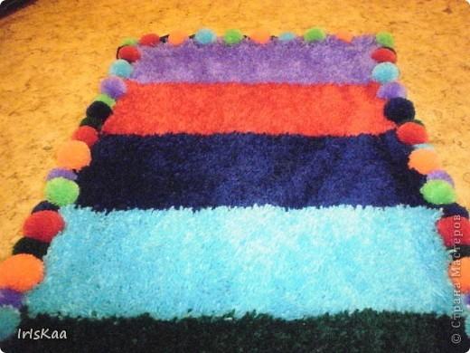 Всем привет!Вот такой веселенький коврик у меня сшился за 4 месяца.Ковровая техника,страмин,акрил.пряжа,крючек - и пушистик под ножки готов.))) фото 2