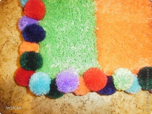 Всем привет!Вот такой веселенький коврик у меня сшился за 4 месяца.Ковровая техника,страмин,акрил.пряжа,крючек - и пушистик под ножки готов.))) фото 3