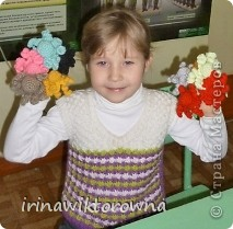 """Моя внучка Катюшка показывает пальчиковые игрушки """"Осьминожки"""", которые сделали ребята 3-4 классов. фото 1"""