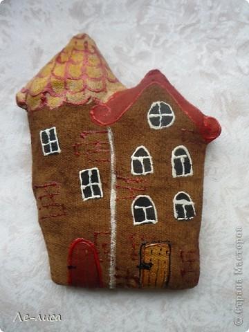 Раз я так безумно люблю средневековые домики, -подумала я, - то почему бы не сделать их в виде ароматизированных текстильных игрушек. И вот, не откладывая идею на неопределённый срок, тут же её воплотила. фото 3