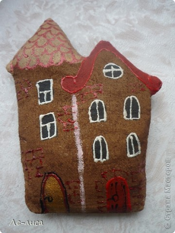Раз я так безумно люблю средневековые домики, -подумала я, - то почему бы не сделать их в виде ароматизированных текстильных игрушек. И вот, не откладывая идею на неопределённый срок, тут же её воплотила. фото 2
