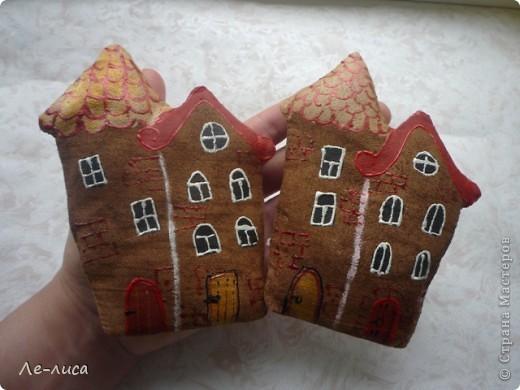 Раз я так безумно люблю средневековые домики, -подумала я, - то почему бы не сделать их в виде ароматизированных текстильных игрушек. И вот, не откладывая идею на неопределённый срок, тут же её воплотила. фото 1