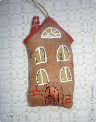 Раз я так безумно люблю средневековые домики, -подумала я, - то почему бы не сделать их в виде ароматизированных текстильных игрушек. И вот, не откладывая идею на неопределённый срок, тут же её воплотила. фото 4