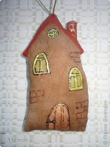 Раз я так безумно люблю средневековые домики, -подумала я, - то почему бы не сделать их в виде ароматизированных текстильных игрушек. И вот, не откладывая идею на неопределённый срок, тут же её воплотила. фото 5