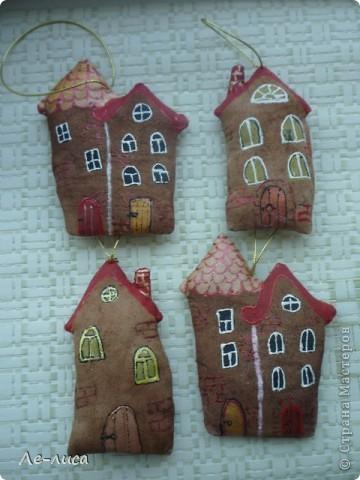 Раз я так безумно люблю средневековые домики, -подумала я, - то почему бы не сделать их в виде ароматизированных текстильных игрушек. И вот, не откладывая идею на неопределённый срок, тут же её воплотила. фото 6
